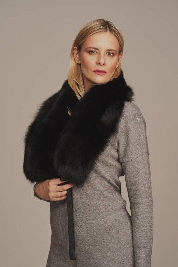 Černý kožešinový límec na kabát