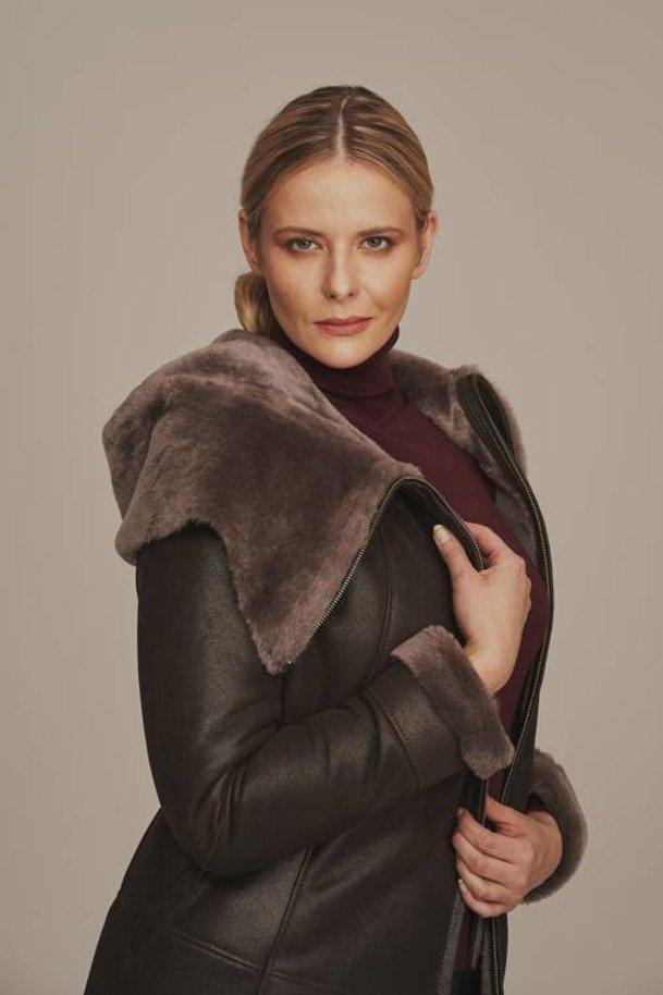 Dámsky kabát z ovčej kože s prírodnou kapucňou